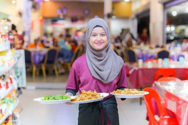pelayan restoran 7 kerja dengan gaji paling tak setimpal