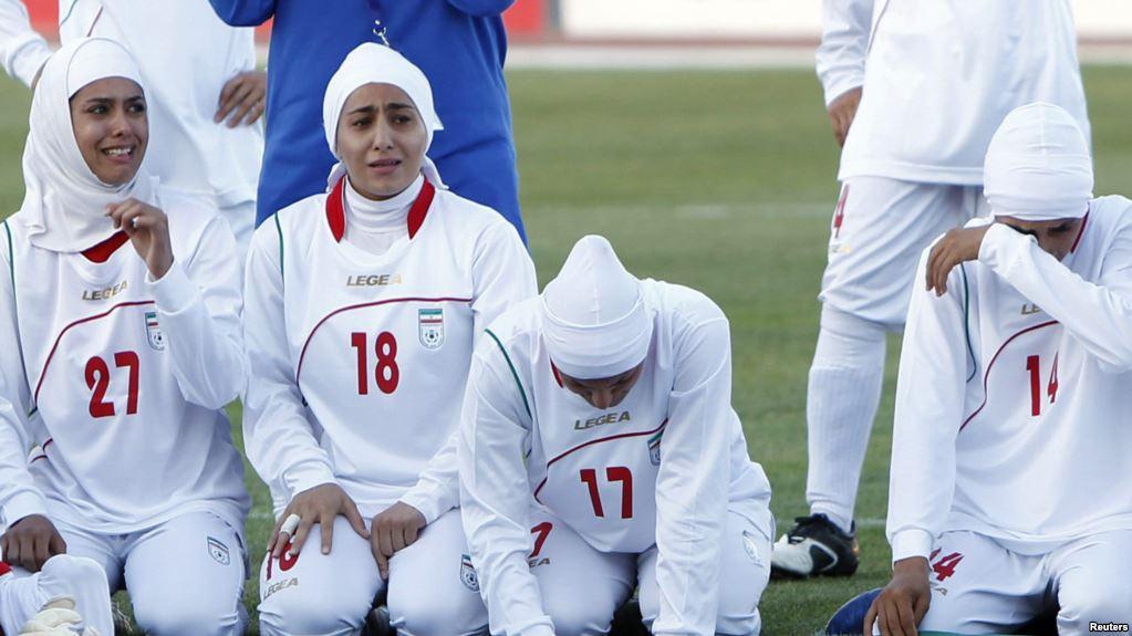 pemain bola sepak iran wanita menangis