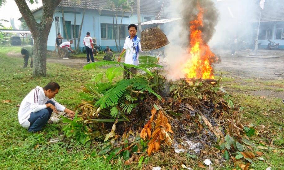 pembakaran secara terbuka bersihkan halaman