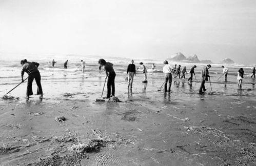 pembersihan pantai glass beach