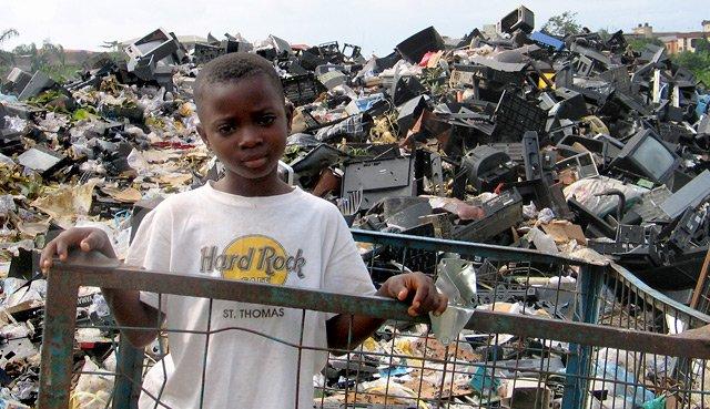 pembuangan alat elektronik dengan tidak betul boleh mengakibatkan pencemaran sisa toksik