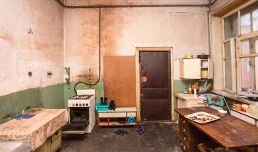 pemilik rumah dihukum kurungan dalam rumah sendiri