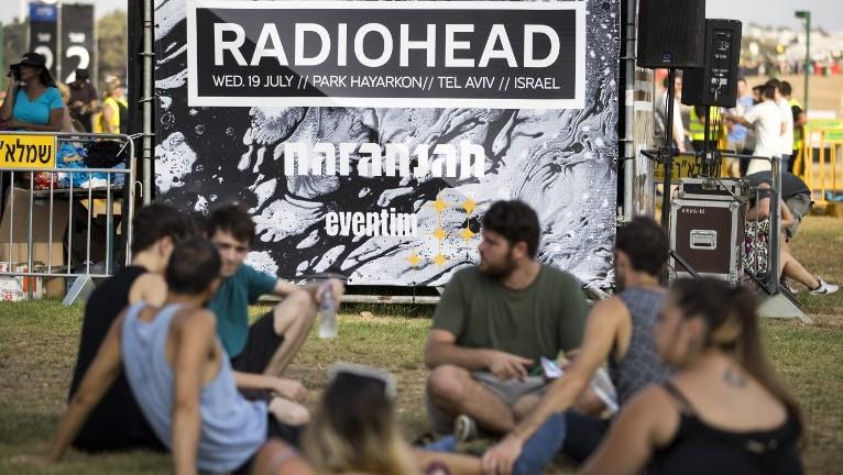 peminat di israel menunggu konsert radiohead