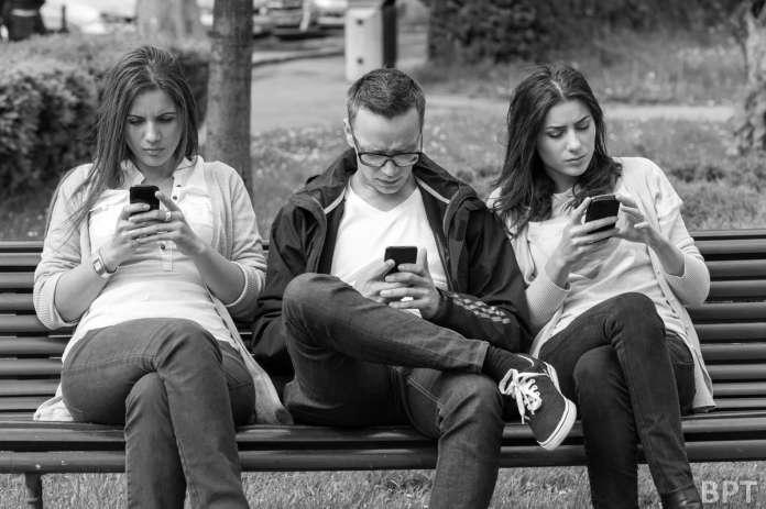 penggunaan telefon pintar yang menjauhkan kita