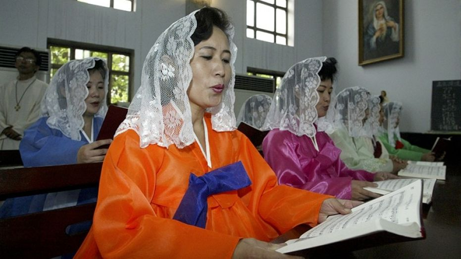 pengunjung gereja korea utara wanita