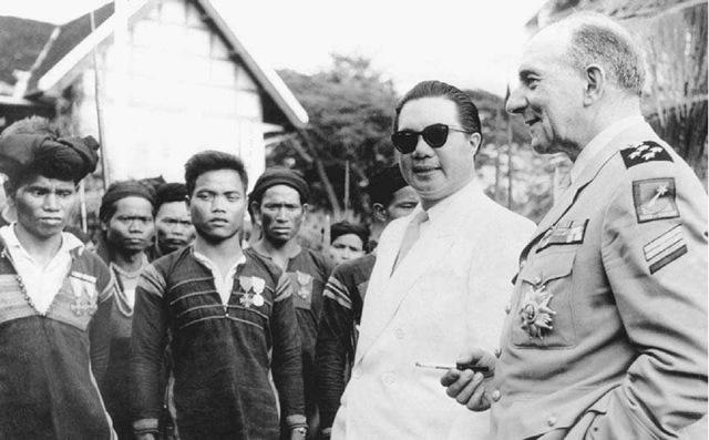 penjajah periksa tentera vietnam