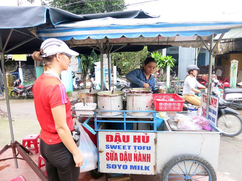 penjual makanan tepi jalan di vietnam 801