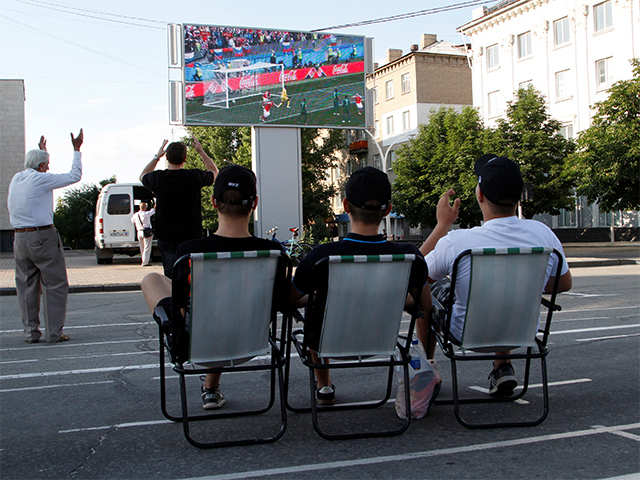 penonton menyaksikan perlawanan piala dunia tepi jalan