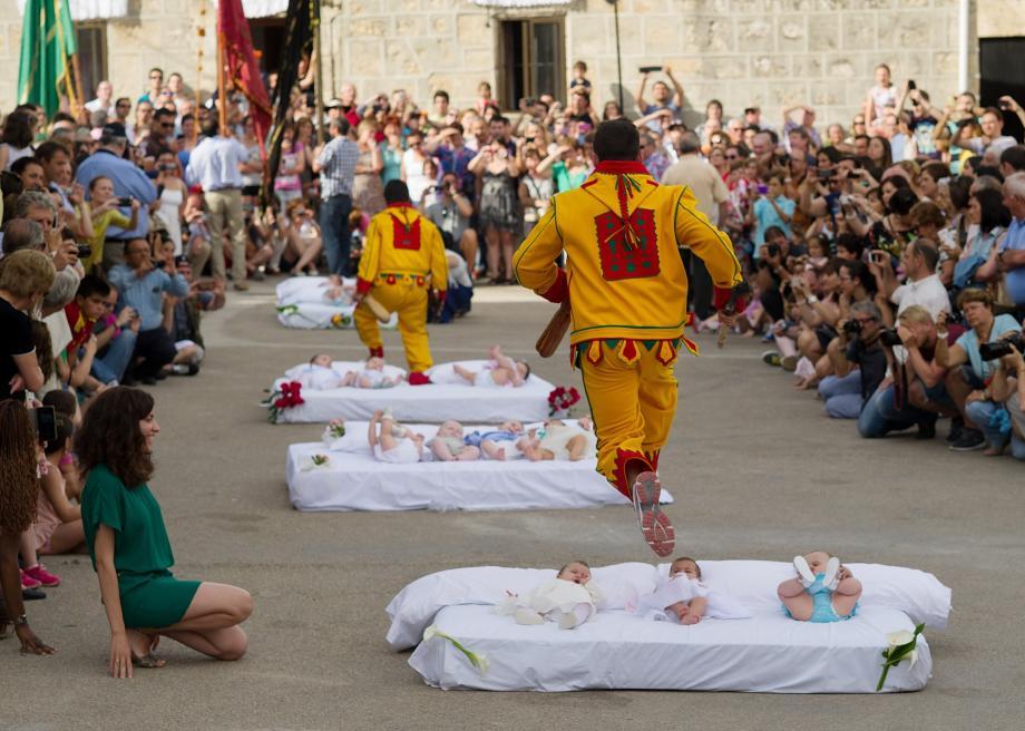 perayaan berbahaya di dunia el colacho melompat melepasi bayi