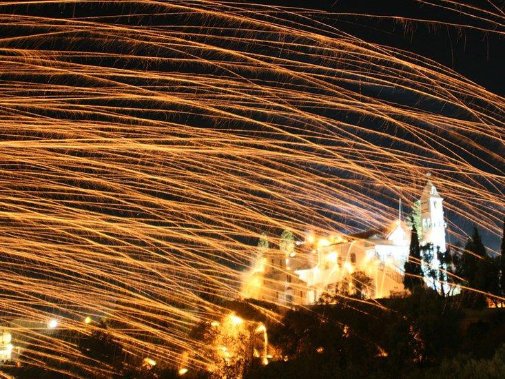 perayaan berbahaya di dunia greece perang roket