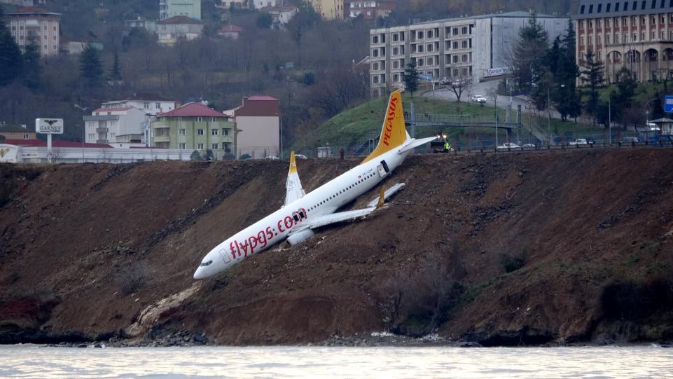 pesawat boeing 737 800 tergantung di tebing