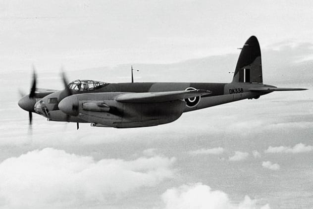 pesawat pengebom kayu