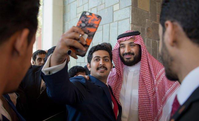 pewaris raja saudi selfie dengan orang ramai
