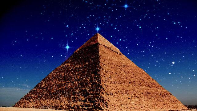 piramid giza di bawah bintang