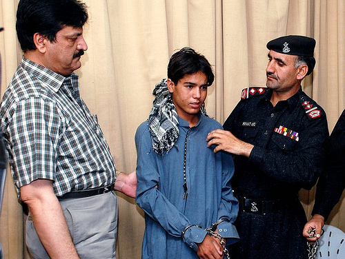polis pakistan tahan remaja suicide bomber pengebom berani mati