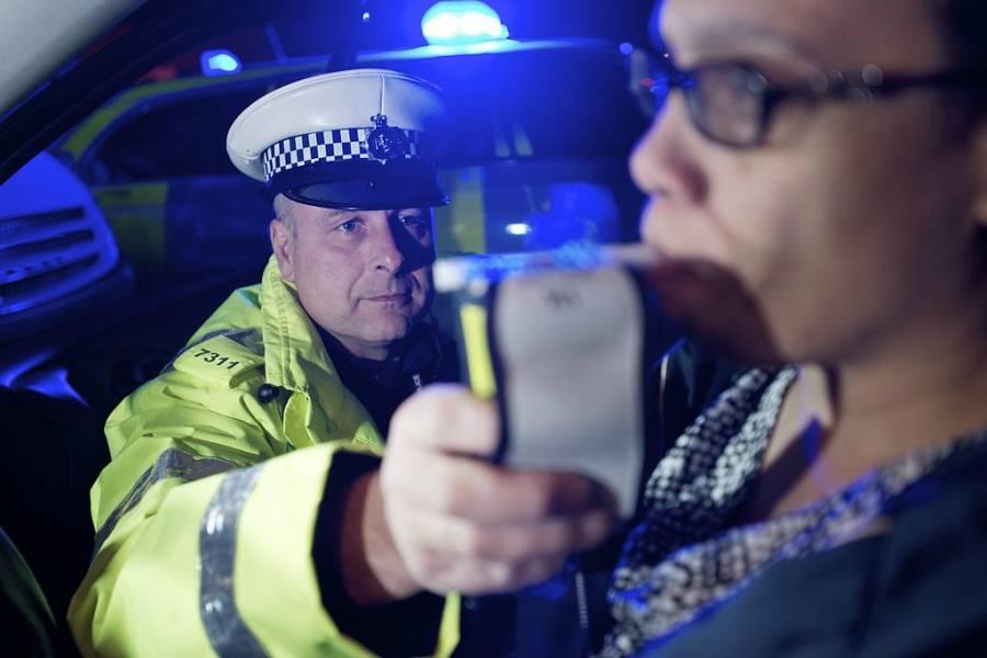 polis perancis memeriksa tahap alkohol pemandu