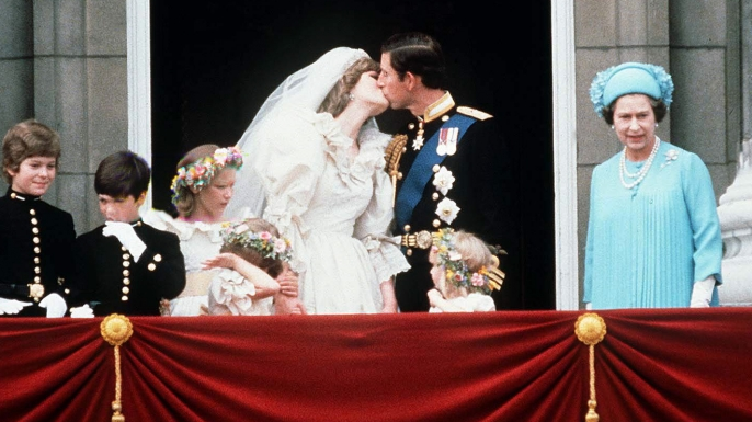 prince charles and princess diana kissing on the balcony of buckingham palace on their wedding day july 29 1981