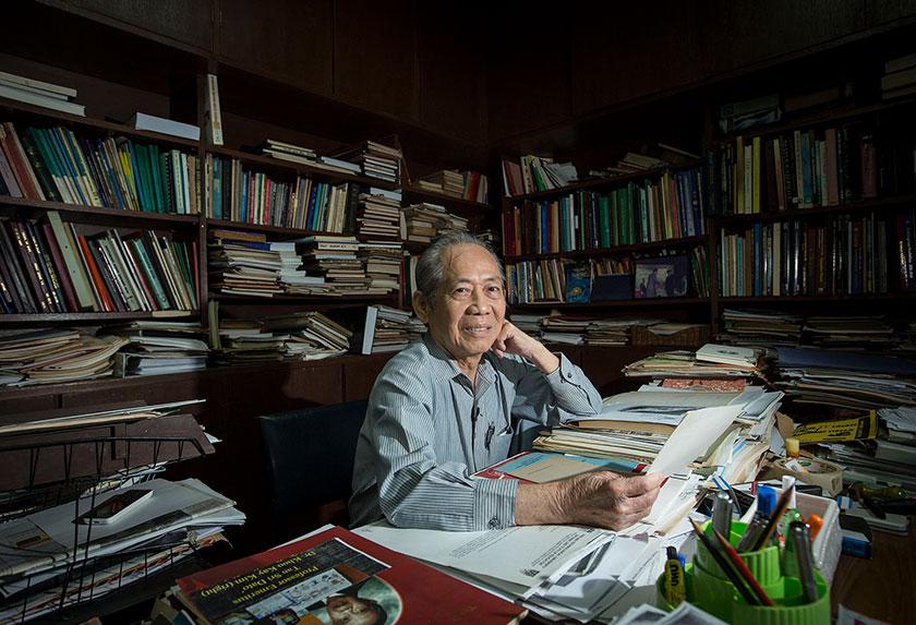 profesor khoo kay kim dalam bilik bacaan