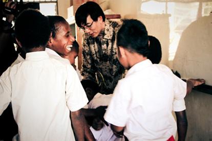 profesor yohanes mengajar anak anak di tolikara 522