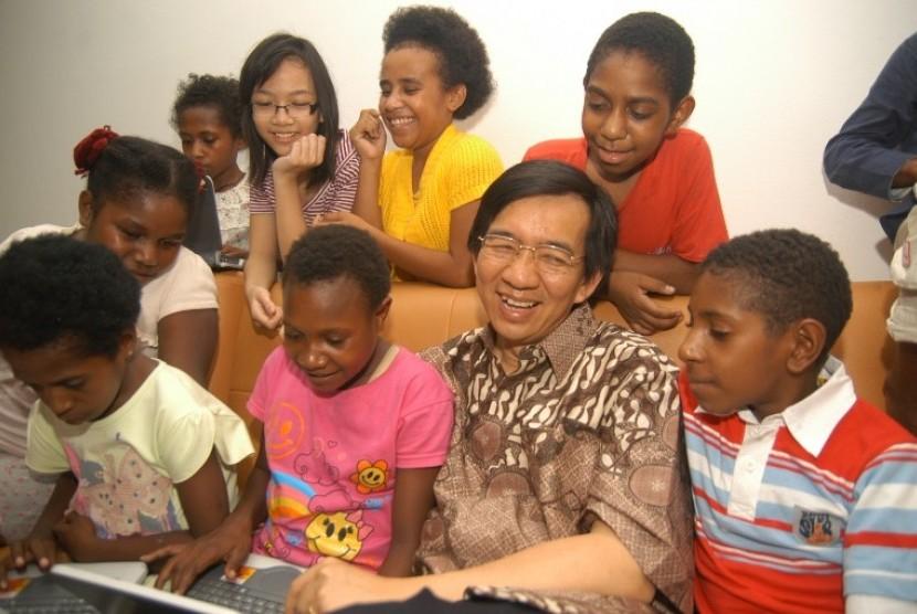profesor yohanes surya bersama kanak kanak papua 234