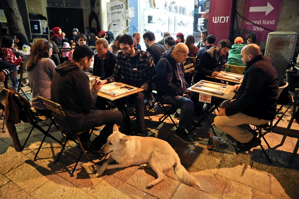 puak yahudi dan arab palestin boleh duduk bersama sama sambil bermain shesh besh