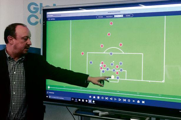 rafael benitez menunjukkan globall coach