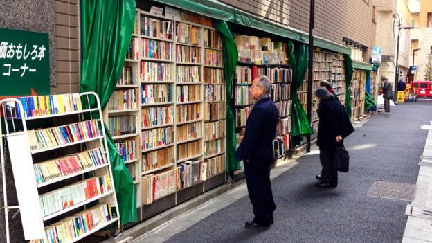 rak buku dalam dinding di sepanjang jalan jimbocho kampung buku tokyo