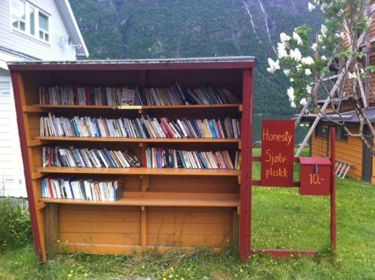 rak buku di perhentian bas norway kampung buku