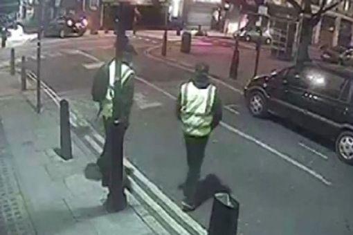 rakaman cctv menunjukkan 2 daripada perompak berpakaian seperti pegawai selenggara 495