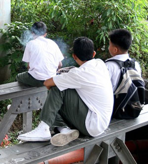 remaja sekolah merokok