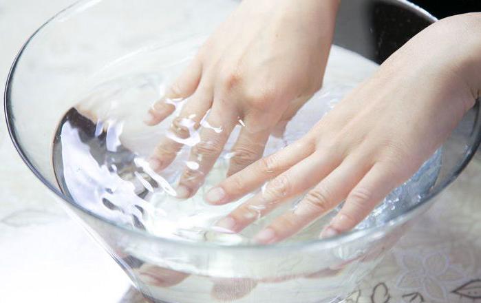 rendam tangan dalam air garam