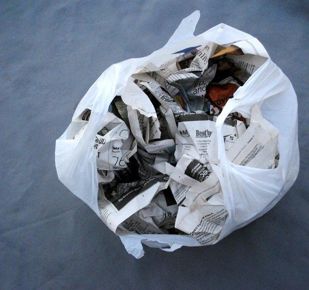 renyukkan beberapa keping surat khabar dan tinggalkan dalam kereta hilangkan bau asap rokok dalam kereta