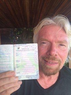 richard sentiasa mencatat idea dalam buku nota