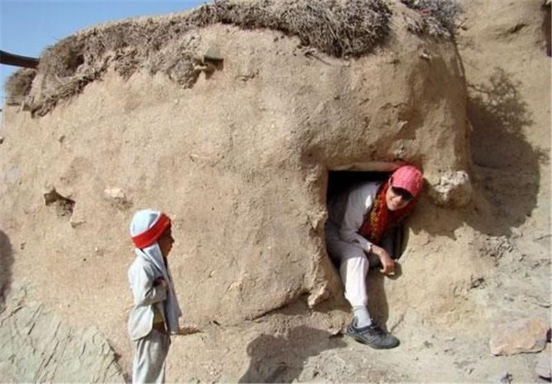 saiz pelancong dengan rumah di makhunik iran