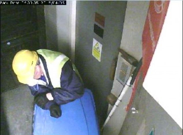 salah seorang perompak meletakkan tong sampah di pintu kecemasan bangunan tersebut