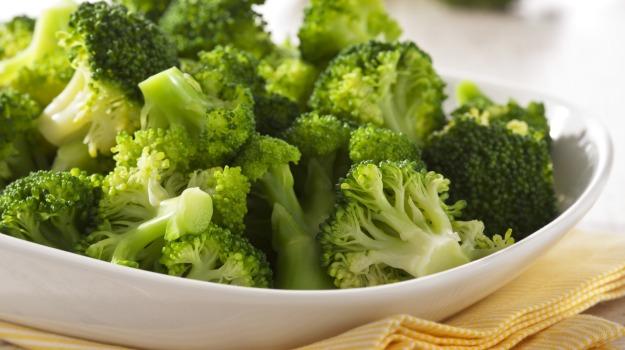 sayur brokoli mengandung banyak liang di mana ulat dan kotoran senang masuk ke dalam
