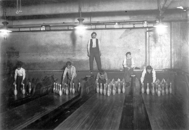 sebelum mesin pin bowling dicipta manusia susun sendiri pin