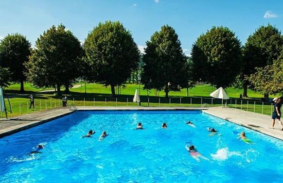 sekolah mempunyai dua buah kolam renang indoor dan outdoor