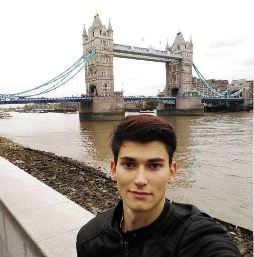 selfie bersama tower bridge