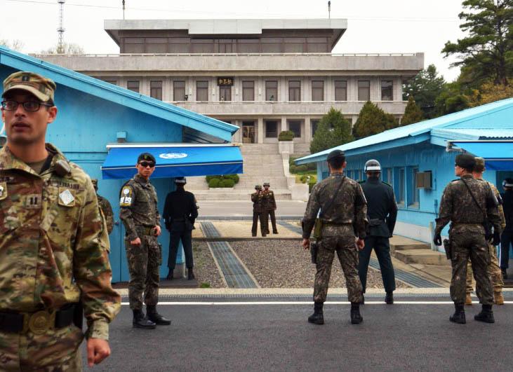 seludup keluar dari korea utara melalui zon bebas tentera