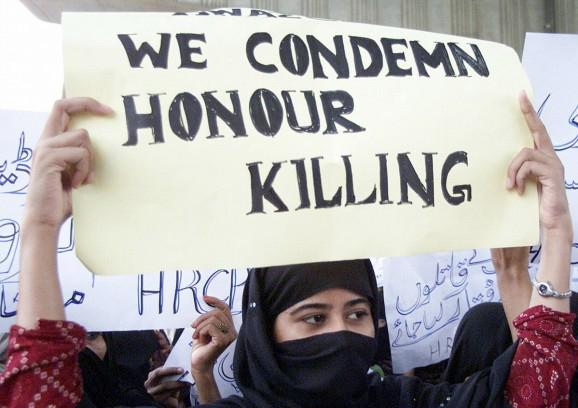 seorang wanita pakistan berdemonstrasi menentang honor killings 179