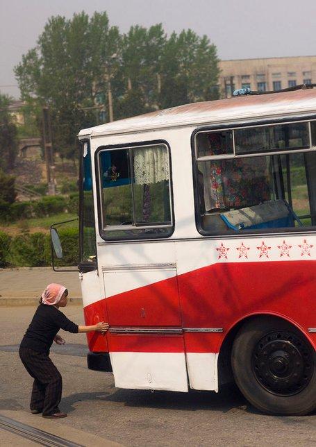 seorang wanita sedang membasuh bas yang kotor