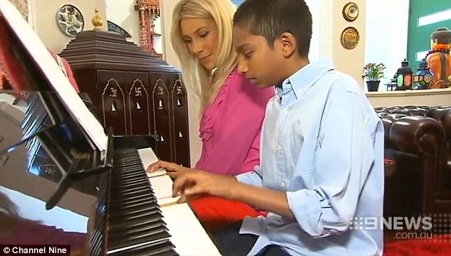 sharvin jeyendran berkebolehan bermain piano