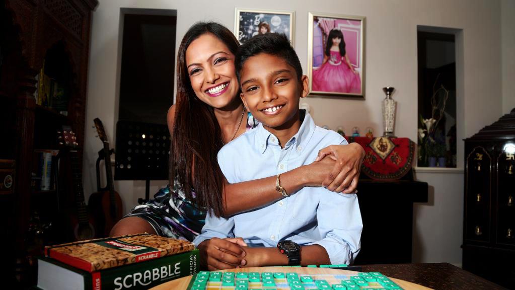 sharvin jeyendran remaja paling pintar di australia bersama ibunya deva menon
