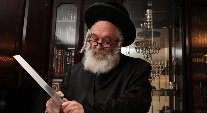 shochet memegang pisau sembelihan yang perlu pemeriksaan secara teliti daging halal kosher