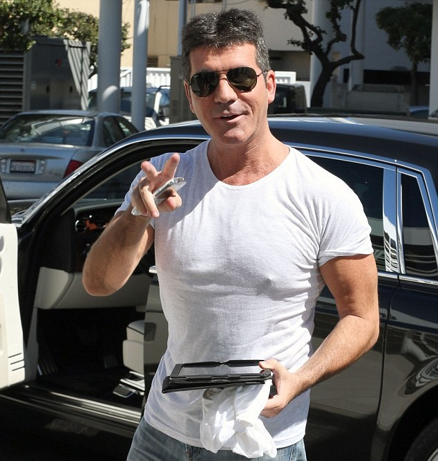 simon cowell sering dilihat dengan t shirt putih ringkas