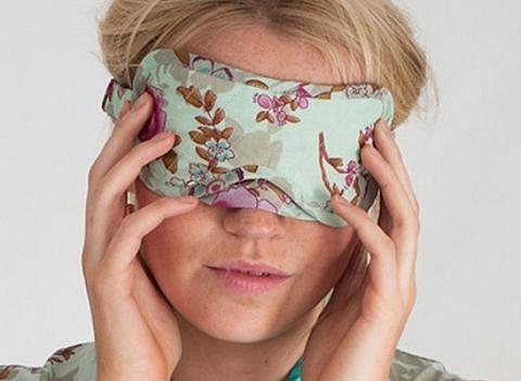 sleep mask dan penyumbat telinga untuk tidur yang lebih nyenyak