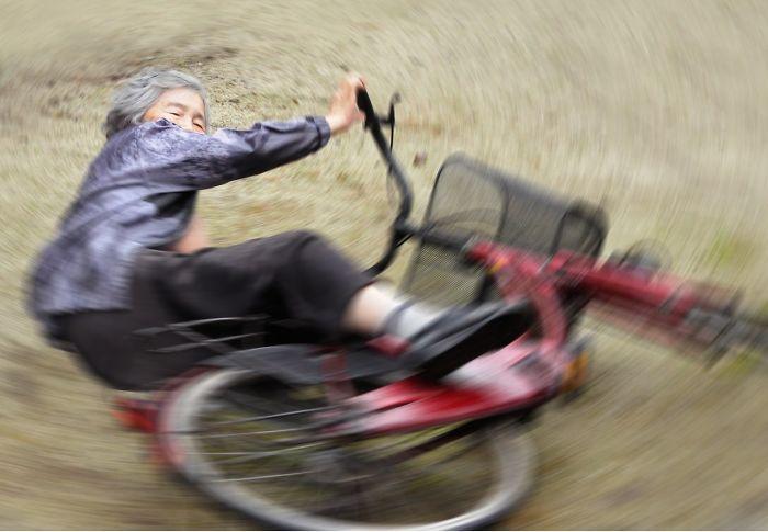 slide basikal macam motorcross nenek fotografer