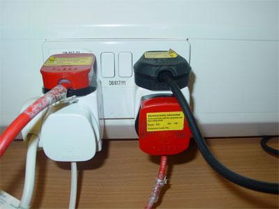 soket elektrik overload banyak plag