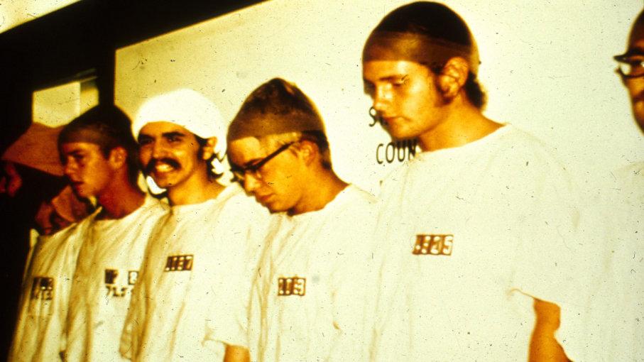 stanford prison experiment peserta dipakaikan baju